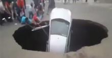 สุดหวาดเสียว หลุมยุบยักษ์กลืนรถทั้งคันแห่ช่วยคนติดในรถ