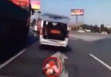 อุทาหรณ์!!เด็กตกจากท้ายรถขณะรถวิ่งอยู่ คนขับยังไม่รู้ตัว!!