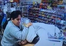อย่าทำตาม!!นาทีหญิงแคชเชียร์ใจกล้า สู้โจรปล้นร้าน!!