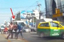 แท็กซี่ VS กระบะส่งของ ไฝว้เดือด2ต่อ1กลางถนน