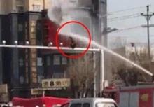 ต้องเจอแบบนี้!!รถดับเพลิงฉีดน้ำใส่ชายคิดสั้นฆ่าตัวตาย!!