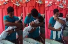 หัวอกพ่อจะสลาย!! คลิปปวดใจชายหนุ่มประครองกอดร่างไร้วิญญาณของลูกน้อยก่อนนำเข้าโลงศพ