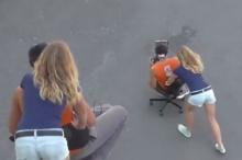หนุ่ม-สาว เล่นเกมเสมือนจริงบนถนน สุดท้ายผลออกมาแบบนี้?