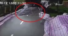 เปิดคลิปสุดระทึก!!! ถนนเมืองจีนถล่ม หลังฝนตกหนักติดต่อกันหลายวัน (คลิป)