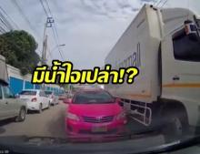 งามหน้าอีกแล้ว! แท็กซี่มักง่าย สวนเลนขวางถนน แบบนี้ยังกล้าถามหาน้ำใจ ?