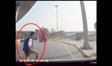 เฉียดตาย เด็กวิ่งข้ามถนน ตัดหน้ารถเก๋งระทึก!!