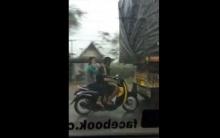 คลิปไทยโด่งดังในเว็บนอกอีกแล้ว - จยย.ขี่จี้ท้ายสิบล้อ ให้ช่วยบังฝน!!