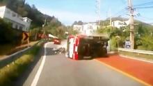 นาทีระทึกต่อหน้า..รถบรรทุกพลิกคว่ำเกือบไม่รอดแล้วอีกนิดเดียวเท่านั้น!!