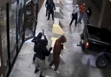 อย่างกับในหนัง!!แก๊งโจรบุกปล้นร้านปืนครบทุกช็อต!!