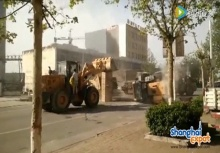 ดุเดือด! รถตักดิน 2 บริษัทเปิดศึกสู้กันกลางถนน!