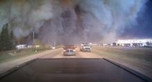 คลิปนาทีระทึก ชาวเเคนาดาขับรถหนีตาย จากไฟป่า