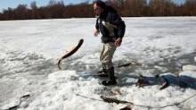 ห้ามพลาด!! บอกเลยว่าสุดยอด.. ตกปลาบนทะเลน้ำแข็ง