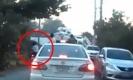 ระทึก! วินาทีเฉียดตาย เมื่อรถขยะถอยหลังหวิดทับคน