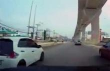 นศ.วิศวะปี4เครียดขับรถพ่อพลิกคว่ำ ก่อนฉกรถตร.ซิ่งหนี
