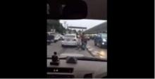 โหดอีกแล้ว ! เมื่อชายหนุ่มคนนี้ลงมาทำอะไรกับชายคนที่อยู่กลางถนน