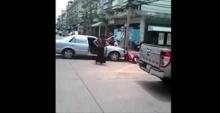 มนุษย์ป้า เดือดจัดโดนตัดไฟห้องเช่า ขับรถชนพนักงานพร้อมถือมีดขู่