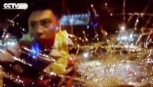 สุดระทึก! หนุ่มเมาซิ่งแหกด่าน ตำรวจโดดเกาะรถ ทุบกระจกหน้าจนแตก!!