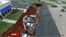 สุดระทึก!! แผ่นดินยุบกลืนรถหลายสิบคันเข้าไปในหลุม ที่มิสซิสซิปปี