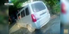 ตำรวจจีนผงะ!! รถตู้คันเล็กจับนักเรียนอนุบาลอัดแน่น 28 คน