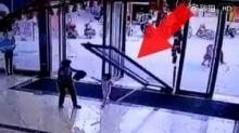 สุดช็อก!! วินาทีเด็กน้อยวัย 3 ขวบ ถูกประตูห้างล้มทับ