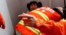 """อาหมวยน้อยสุดซวย!! ขาติดโถส้วมนั่งยอง ร้องโฮบอกกู้ภัย """"อย่าเจาะรูที่หนูนะ"""" (คลิป)"""
