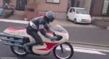 หนุ่มญี่ปุ่นมาแปลก! แปลงเป็นไอ้มดแดงขจัดคนเมาแล้วขับ (คลิป)