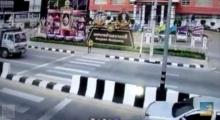 วิ่งข้ามถนน จักรยานยนต์ชนเข้าเต็มๆ แต่สุดท้าย...