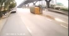 วินาทีรถหกล้อบรรทุกสุราคว่ำ..เหล้าไหลเป็นทาง!! ที่ถนนวิภาวดีขาเข้าดินเเดง