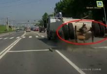 ระทึก!!รถบรรทุกล้อหลุดกลางถนน หวิดโดนรถเก๋งที่ขับตามมา