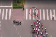 หนุ่มสุดมึนข้ามถนนตัดหน้าขบวนจักรยานทำเกิดอุบัติเหตุล้มระนาว (มีคลิป)