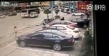 สลด! ขับรถไม่แข็งเข้าเกียร์ผิด ถอยชนดับ 2 ศพ (ชมคลิป)