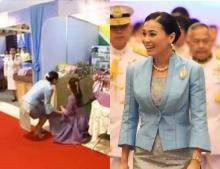 ภาพประทับใจ สมเด็จพระราชินี พระราชจริยวัตรงดงาม ทรงจับมือ 'มาดามแป้ง' ให้ลุกขึ้นยืน