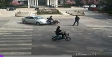 คลิปรถชนจักรยานยนต์ในจีน เงินหล่นกว่า 2 แสนหยวน