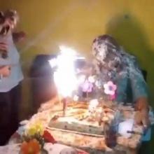 คลิปสยองวันเกิด ฉีดสเปร์ยสายรุ้งจนเกิดไฟลุกท่วมใบหน้า !!?
