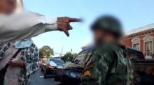 ทหารเตือนลุงกับป้าหลังเรียกเก็บเงินรถคันละ 60 บาทข้างกระทรวงกลาโหม