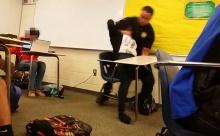 เกินไปละป่าว!! วิธีการที่ตำรวจคนนี้เข้าไปจับ นร.ในห้องเรียน
