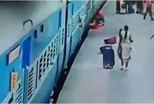อุทธาหรณ์เตือนใจ หญิงอินเดียโดดลงจาก รถไฟ ขณะที่รถไฟยังจอดไม่สนิท