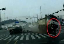 เฉียดตาย! หนุ่มเดินข้ามถนน จู่ๆเกิดเหตุกาณ์ไม่คาดฝัน!??
