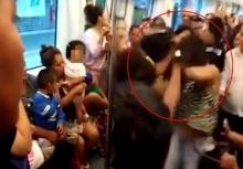ตบกันแหลก!!แม่อุ้มลูกตบสาวบนรถไฟฟ้า เพราะไม่ยอมลุกให้นั่ง!!