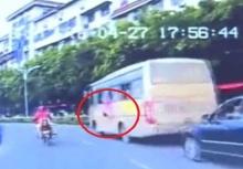 อุทาหรณ์!!เด็กพลัดตกหน้าต่างรถทัวร์ โชคดีที่รถจอดอยู่เฉยๆ