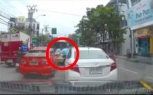 ผวา!! แท็กซี่ขับเปลี่ยนเลน เก๋งสีขาวฉุนตามปาดหน้าดึงประตู (ชมคลิป)