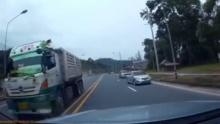นาทีชีวิต!! หักหลบรถบรรทุกสวนเลนแบบฉิวเฉียด (ชมคลิป)