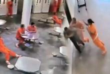 นักโทษมะกันสายโหด รวมหัวกันรุมอัดผู้คุมฯเจ็บหนัก