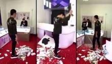 ดูถูกกันนัก!! หนุ่มจีนเหมาไอโฟ 10เครื่องมาทำแบบนี้ต่อหน้าพนักงาน?