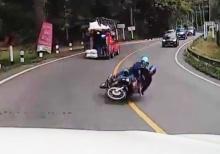 กรี๊ดสนั่น!! กล้องหน้ารถจับภาพ มอเตอร์ไซค์แหกโค้งมาชนรถยนต์