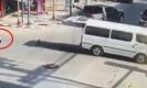 ตะลึง!!รถตู้ประตูท้ายเปิด เด็กร่วงตกรถกลางสี่แยก