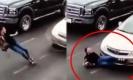 สาวใส่ส้นสูง วิ่งข้ามถนนด้วยความรีบ ลื่นถูกรถเหยียบ จนนอนแน่นิ่งกลางถนน!! (คลิป)