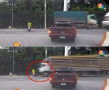 ผีบังตา! มอเตอร์ไซค์ถูกรถบรรทุกชนอย่างจัง ก่อนลากร่างไปกับถนน