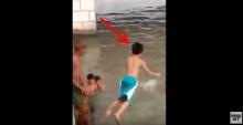 คลิปอุทาหรณ์ เด็กยุเพื่อนว่ายน้ำไม่เป็นกระโดดน้ำ สุดท้ายจมต่อหน้า