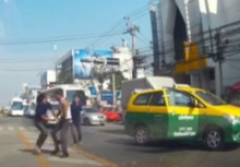 ดวลเดือด!!แท็กซี่-กระบะ ซัดกันนัวกลางถนน!!